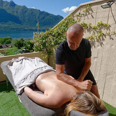 Massage dos avec avant bras
